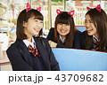 遊園地で遊ぶ女子高生 43709682
