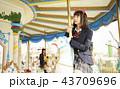 遊園地で遊ぶ女子高生 43709696