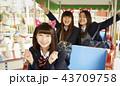 遊園地で遊ぶ女子高生 43709758