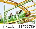 遊園地で遊ぶ女子高生 43709789