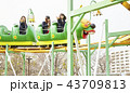遊園地で遊ぶ女子高生 43709813