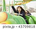 遊園地で遊ぶ女子高生 43709818
