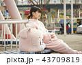 遊園地でバイトする女の子 43709819