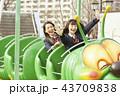 遊園地で遊ぶ女子高生 43709838