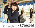 遊園地で遊ぶ女子高生 43709846