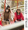 女の子 友達 遊園地の写真 43709856