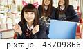 遊園地で遊ぶ女子高生 43709866