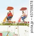女の子 友達 遊園地の写真 43709878