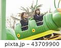 遊園地で遊ぶ女子高生 43709900