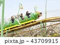 遊園地で遊ぶ女子高生 43709915