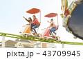 女の子 友達 遊園地の写真 43709945