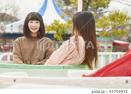 遊園地で遊ぶ女の子 43709952