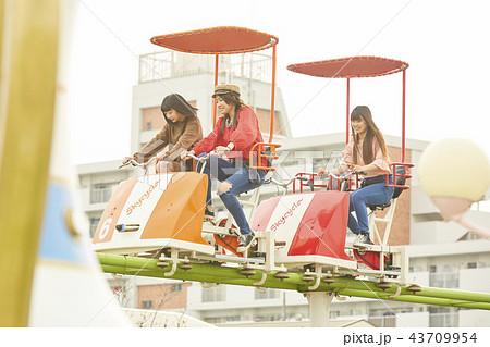 遊園地で遊ぶ女の子 43709954