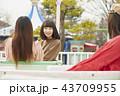 遊園地で遊ぶ女の子 43709955