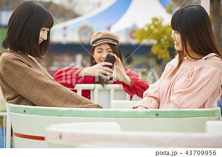 遊園地で遊ぶ女の子 43709956