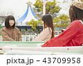 遊園地で遊ぶ女の子 43709958