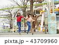 遊園地で遊ぶ女の子 43709960