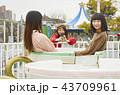 遊園地で遊ぶ女の子 43709961