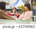遊園地で遊ぶ女の子 43709962