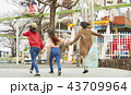 遊園地で遊ぶ女の子 43709964