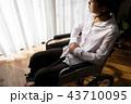 女性 ライフスタイル 車椅子の写真 43710095