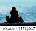 猫と海を見つめる女子高生 43711017