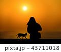 夕日と猫と女性 43711018