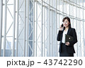 ビジネス 女性 スマホ オフィス ビジネスウーマン 43742290