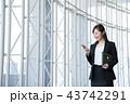 ビジネス 女性 スマホ オフィス ビジネスウーマン 43742291
