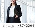 ビジネス 女性 オフィス ビジネスウーマン 43742294