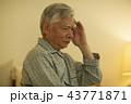 男性 シニア 頭痛の写真 43771871