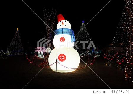群馬県榛名湖のクリスマスイルミネーションフェスティバル、抽象的なきらきら装飾、ピンぼけの光と雪だるま 43772276