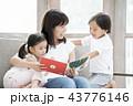 絵本を読む親子 43776146