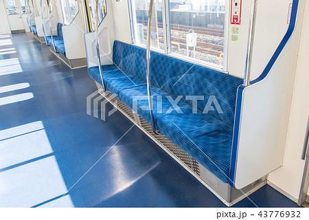 電車の座席(ロングシート) 43776932