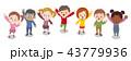 見上げる子供達 43779936