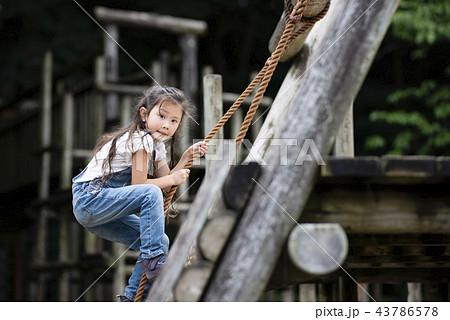 公園で遊ぶ女の子 43786578
