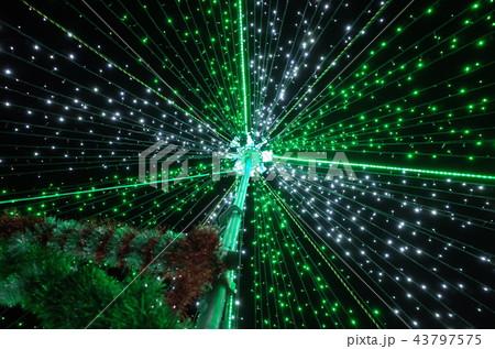 群馬県榛名湖のクリスマスイルミネーションフェスティバル、抽象的なきらきら装飾、ピンぼけの光 43797575