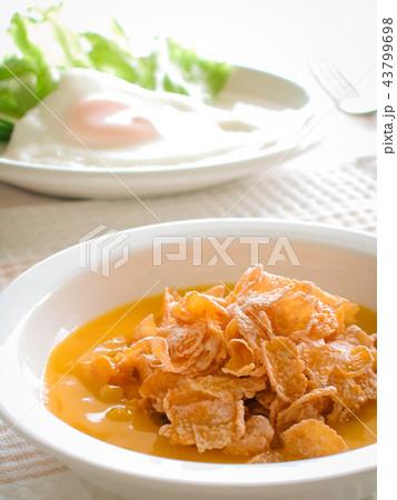 コーンフレークと目玉焼きの朝食 43799698
