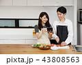 タブレットで献立をネット検索し料理をするカップル 43808563