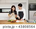 タブレットで献立をネット検索し料理をするカップル 43808564