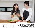 タブレットで献立をネット検索し料理をするカップル 43808565