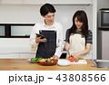 タブレットで献立をネット検索し料理をするカップル 43808566