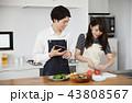 タブレットで献立をネット検索し料理をするカップル 43808567