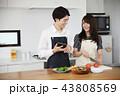 タブレットで献立をネット検索し料理をするカップル 43808569
