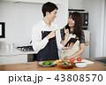 タブレットで献立をネット検索し料理をするカップル 43808570