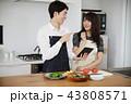 タブレットで献立をネット検索し料理をするカップル 43808571