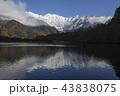 初冬の上高地大正池から初冠雪した北アルプス穂高連峰 43838075