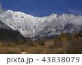 初冬の上高地大正池から初冠雪した北アルプス穂高連峰 43838079