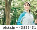 ジョギングをする若い日本人女性 43839451