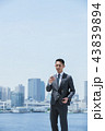 スマホ ビジネスマン 男性の写真 43839894